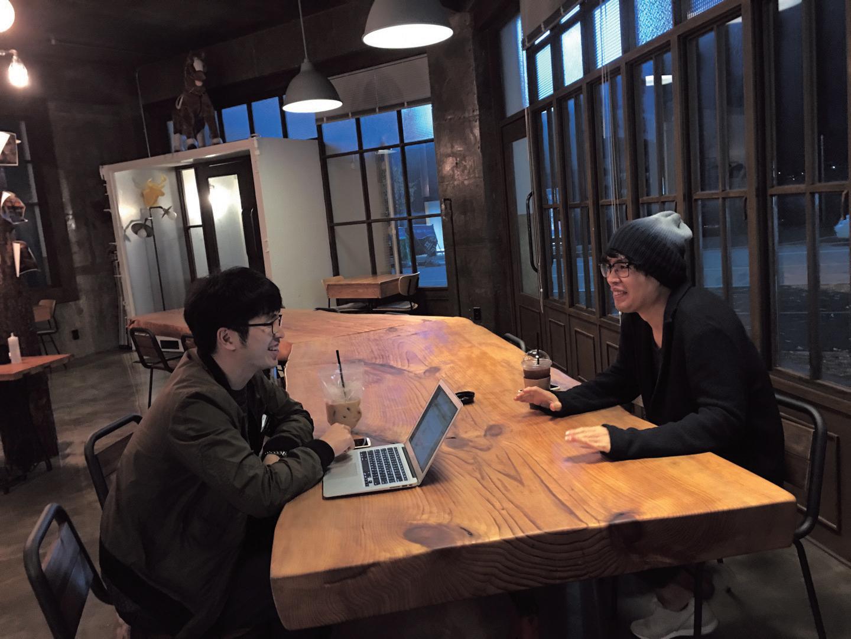 인터뷰를 진행 중인 '절친', 김진환 대리(좌)와 손아람 작가.